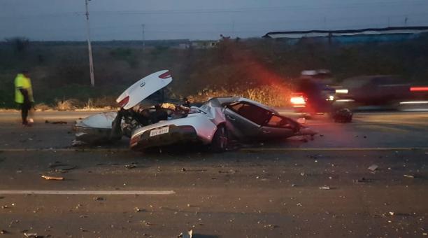 CUATRO PERSONAS MUEREN EN UN ACCIDENTE ENTRE UN AUTOMÓVIL Y BUS INTERPROVINCIAL EN LA VÍA GUAYAQUIL – SALINAS